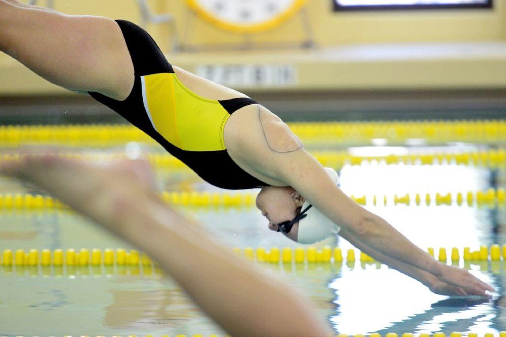 Mooie badmode voor sportieve zwemster